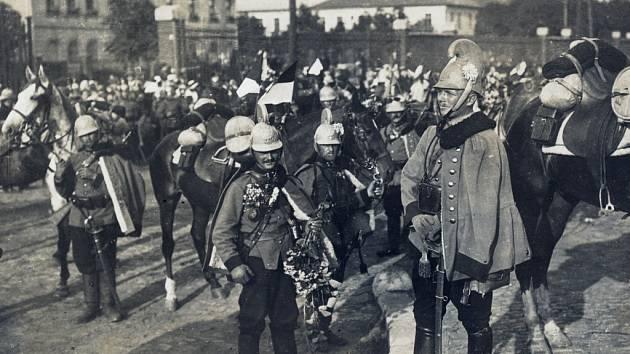 Usměvavý muž v popředí fotografie je s největší pravděpodobností rytmistr Chlapec. Místo, kde vojáci stojí, najdeme v Pardubicích dodnes v nezměněné podobě. Vedle Hlaváčovy ulice u podjezdu 17. listopadu.