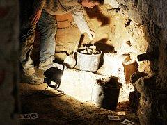 Archeologové v bohdanečské radnici. Ta je nejstarší stavbou ve městě. Prakticky pod podlahou radnice se našly základy původních budov i středověká keramika.