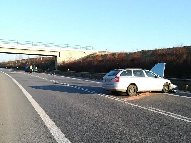 Čelní střet dvou vozidel uzavřel obchvat Holic.