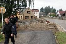 Policisté z Pardubického kraje vyrazili na pomoc na sever Čech. V poničené Chrastavě pomáhali hlídat před rabováním i s odklízením škod.