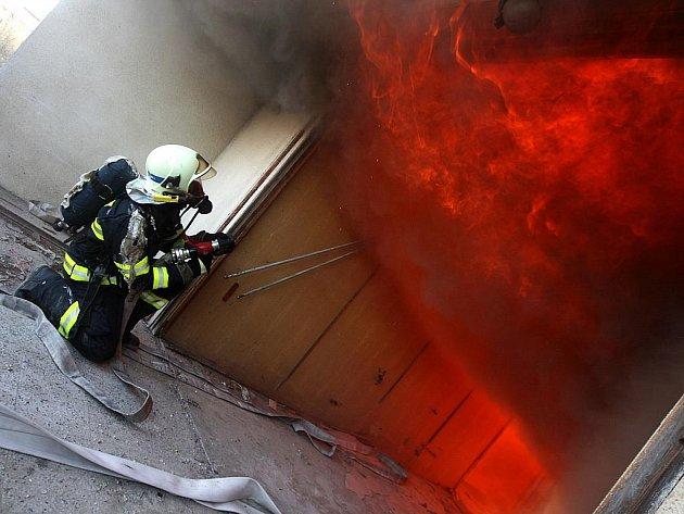 Požár budovy a hašení v uzavřených prostorech se cvičilo naostro - v objektu určeném k demolici