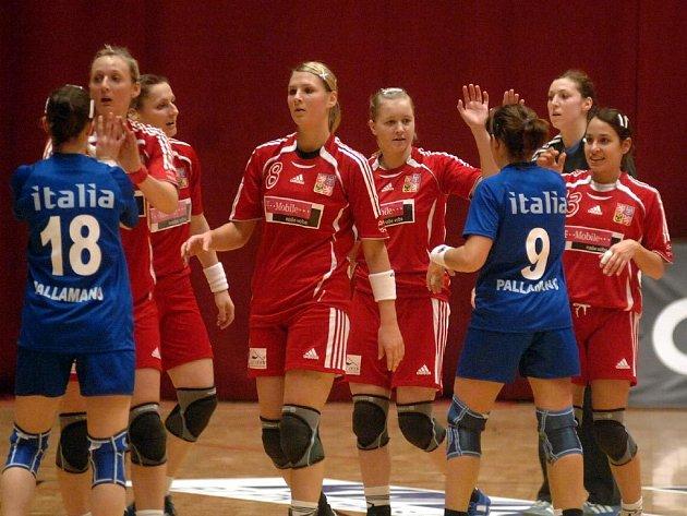 DRUHÉ VÍTĚZSTVÍ. České házenkářky se zdraví se svými italskými soupeřkami po včerejším kvalifikačním utkání o účast v play off o postup na mistrovství Evropy 2008, které se hrálo v Plzni. Domácí výběr vyhrál 32:24 a po dvou zápasech vede skupinu.