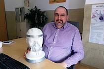 """APNOE se dá léčit. Většině pacientů pomůže přístroj, který zabezpečuje pomocí masky kontinuální přetlak v dýchacích cestách. """"Řada pacientů cítí podstatné zlepšení kvality spánku již po prvním použití,"""" říká lékař Richard Plný."""