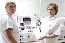 Primářka transfúzního oddělení Jitka Horská (vpravo) a vrchní sestra Iveta Krebsová u separátoru. Přístroj dokáže oddělit z odebrané krve dárce plazmu a krevní destičky.