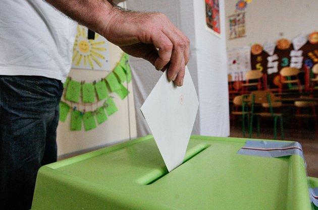 Úderem páteční druhé hodiny odpoledne se otevřely volební místnosti pro volby do Poslanecké sněmovny.