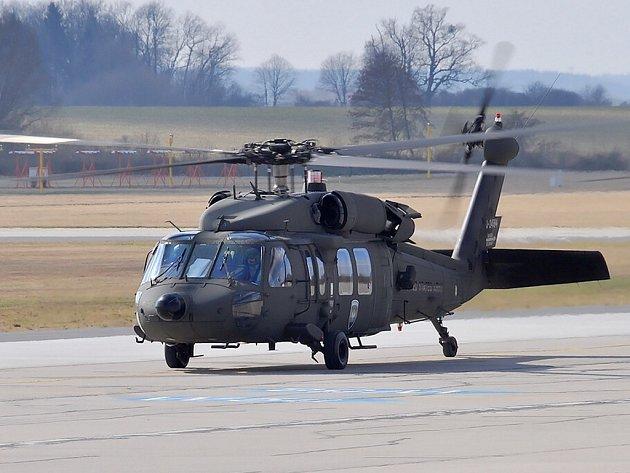 Vrtulník amerického letectva Sikorsky UH-60 Black Hawk na pardubickém letišti.