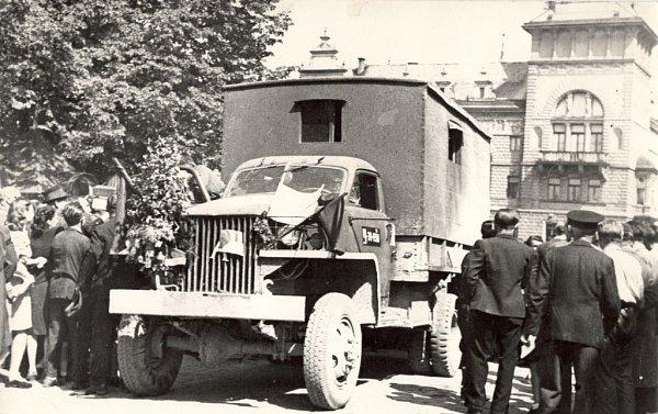Příjezd Rudé armády do Přelouče. Rusové přijeli na amerických náklaďácích GMC.