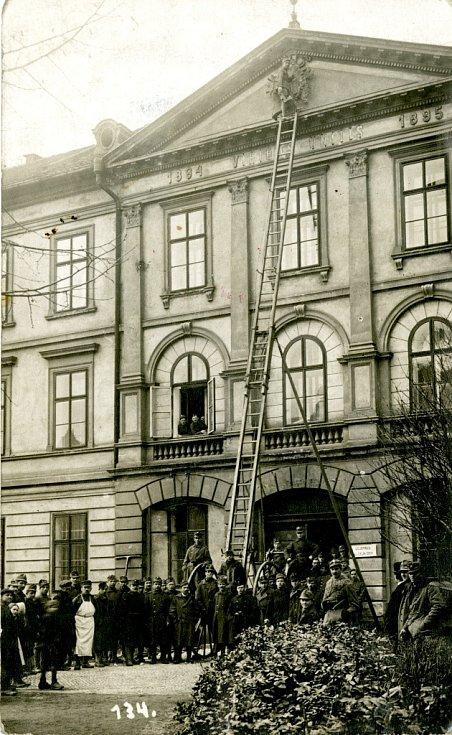 29. říjen. Z budovy kasáren byl otlučen rakouský orel.