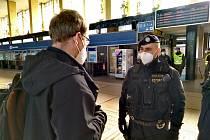 Dnes kolem 12. hodiny neumožnili policisté zhruba 15ti lidem vycestovat vlakem z Pardubic do Prahy