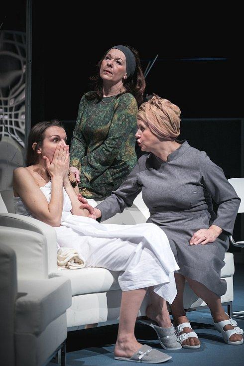 Martina Sikorová, Dagmar Novotná a Jindra Janoušková v inscenaci Mikve.