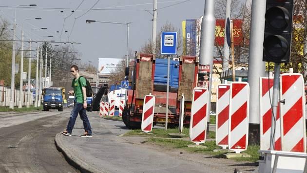 Rekonstrukce povrchu vozovky na Poděbradské připraví pro město další dávku dopravního chaosu.