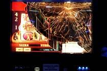 Výherní automat nebyl výherní, tak mu nespokojený hráč rozbil ciferník.