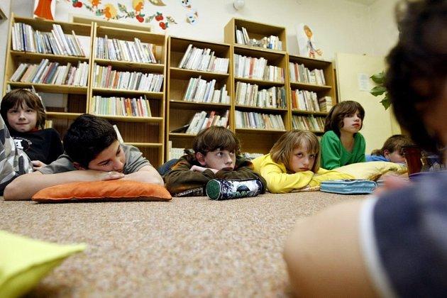 CHVALETICE. Děti na Základní škole ve Chvaleticích strávily páteční noc v knihovně s pohádkářem Andersonem.