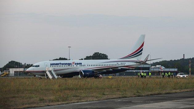 Boeing 737-800vyjel na pardubickém letišti při přistání zdráhy.