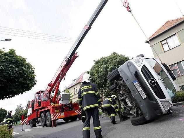 Řidič dodávky nedal přednost osobnímu vozu na hlavní silnici - a skončil převrácený na boku.