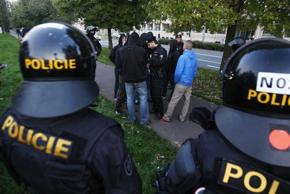 Starosti policistům přidělávali hradečtí fotbaloví chuligáni.