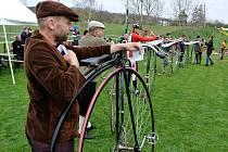 V Klubu českých velocipedistů v Holicích, za který jezdím, máme dvě takové skupiny. Jedna, ve které jsem já, se soustřeďuje na závodění, ta druhá, ve které jsou třeba otec a syn Formánkovi, se snaží zaznamenat historii našeho klubu, hledají a restaurují.