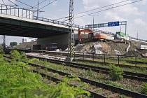 Původní most stavebně-technickým stavem a prostorovým uspořádáním nevyhovoval potřebám provozu na rekonstruované trati. Nahradí ho nová konstrukce sestavená na letišti.
