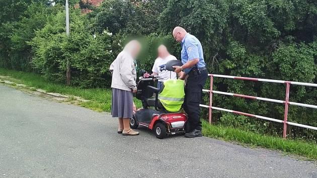 Došla baterie. Strážníci pomohli seniorce na vozíku domů