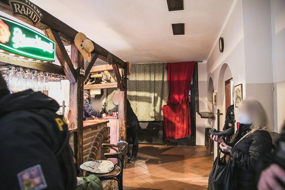 Strážníci a policisté našli tajně otevřenou hospodu