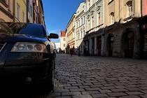 Obyvatelé a podnikatelé si stěžují na auta jezdící vysokou rychlostí v historickém centru města.