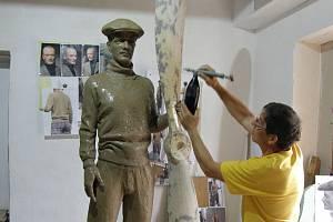 Práce na soše letce Jana Kašpara jsou v plném proudu.