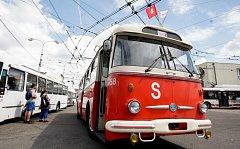 Historické vozy i moderní technika byly v sobotu k vidění v ulicích Pardubic. Jako součást oslav 65. výročí trolejbusové dopravy v Pardubicích se uskutečnil také den otevřených dveří dopravního podniku. Po celý den byl připravený bohatý program.