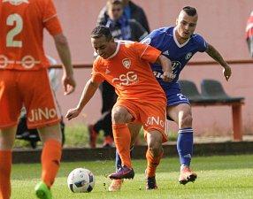 Utkání Mol cupu mezi TJ Sokol Živanice (v oranžovém) a SK Sigma Olomouc (v modrém)