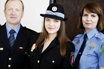 Bára Chladová (uprostřed) s Rostislavem Hüblem a Lenkou Uskobovou. U strážníků si vyzkoušela kromě práce i uniformu.