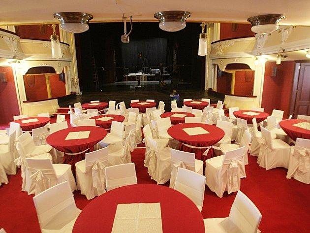 Divadelní plesový sál je již připraven