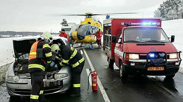 U Ostřetína uzavřely silnici I/35 hned dvě vážné nehody. Zasahovat musel i vrtulník záchranné služby.