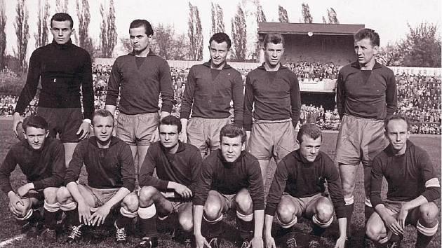 NA FOTCE Z ROKU 1966 jsou zleva: Holeš, Jarábek, Halmo, Borovský, Ošťádal. Vpředu: Masný, Kopanický, Vovorský, Nepomucký, Novák a kapitán týmu Lichtnégl.