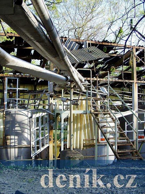 Sklad nitračních kyselin, asi 50 metrů od místa výbuchu