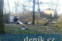 Budova A-55 z přístupové cesty - podzemní bunkr, kde došlo k výbuchu, je za ní. Je zde patrná i krytá přístupová chodba.