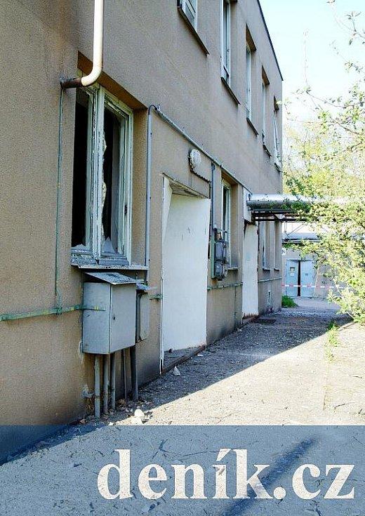 Zděná budova cca 50 m od místa výbuchu. Všechn okna jsou pryč, vrata vyvrácená dovnitř.