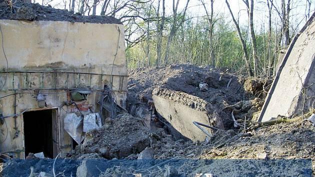 Zde zřejmě došlo k explozi. Část bunkru je roztrhána zevnitř, ochranný val i železobetonová zeď jsou pryč