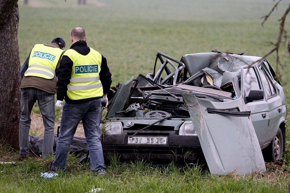 Ranní nehoda si v pátek ráno u Dašic vyžádala život devatenáctileté spolujezdkyně. Řidič vyvázl pouze s lehkými zraněními.