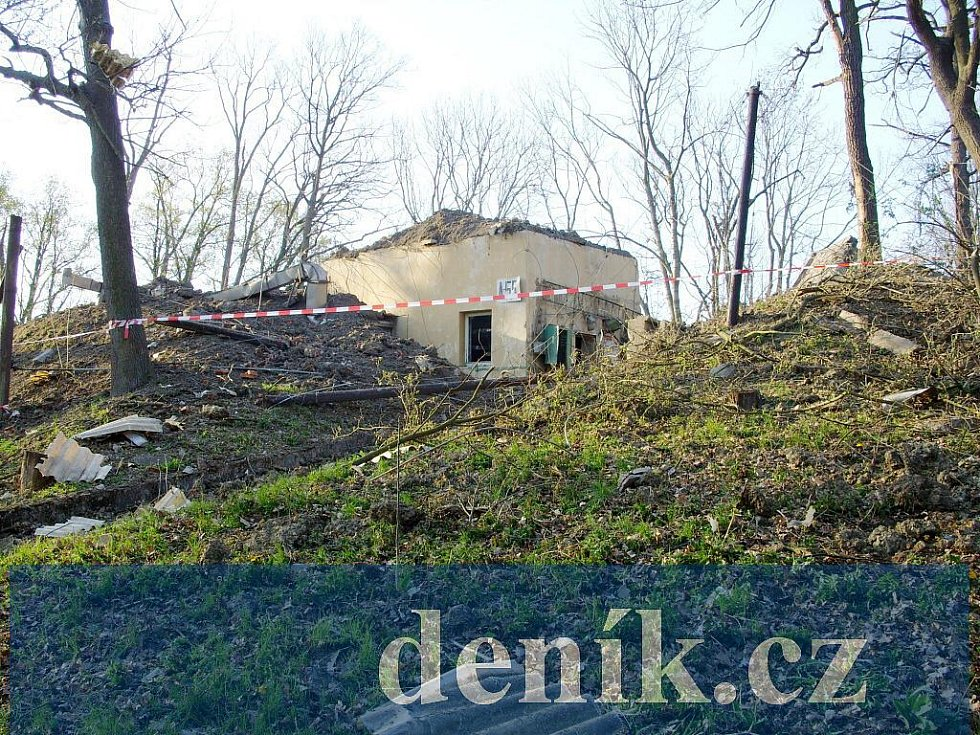Budova A-55 z přístupové cesty - podzemní bunkr, kde došlo k výbuchu, je za ní.
