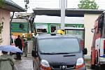 Železniční neštěstí v Moravanech. Hasičům se podařilo z vraku lokomotivy vyprostit tělo strojvedoucího až po několika hodinách