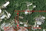 Podrobnější mapa místa výbuchu. Cca 100 metrů od bunkru se nachází vrátnice, kde se v okamžiku výbuchu nacházeli lidé nejblíže výbuchu. Vyvázli se zraněními, nejčastěji od střepů.
