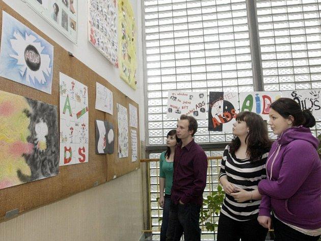 Plakáty a letáky k tématu AIDS vytvářeli studenti gymnázia