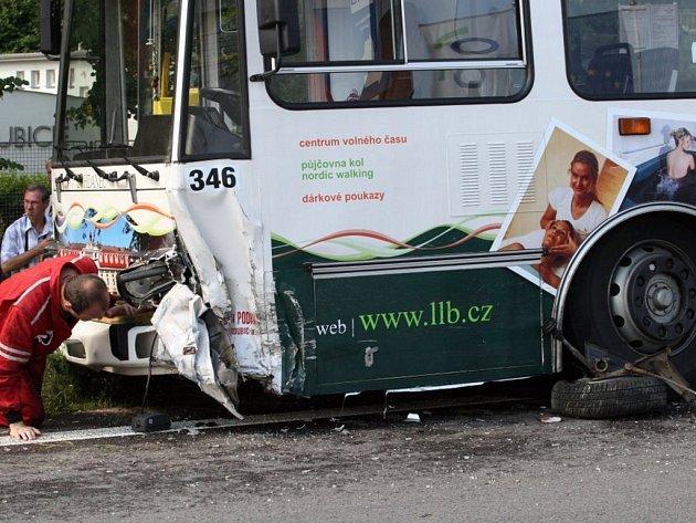 Střet trolejbusu s osobním autem na dlouhé hodiny zkomplikoval dopravu mezi Lázněmi Bohdanče a Pardubicemi
