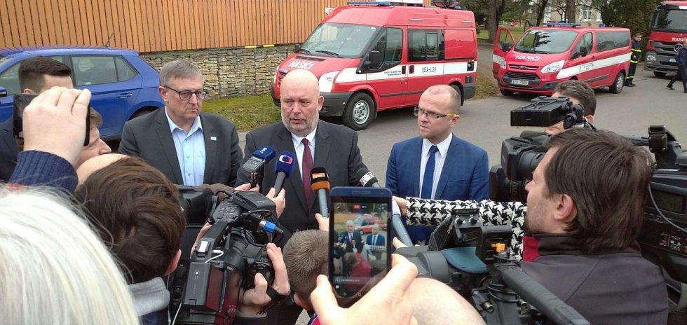 Ministr zemědělství Miroslav Toman a hejtman Pardubického kraje Martin Netolický při setkání s novináři