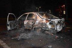 První žhářství roku. U pardubické univerzity shořel autovrak.