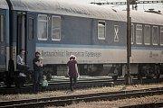 Zastavené vlaky v Pardubicích. Utržené troleje před stanicí zavinily hodinová zpoždění řady spojů.