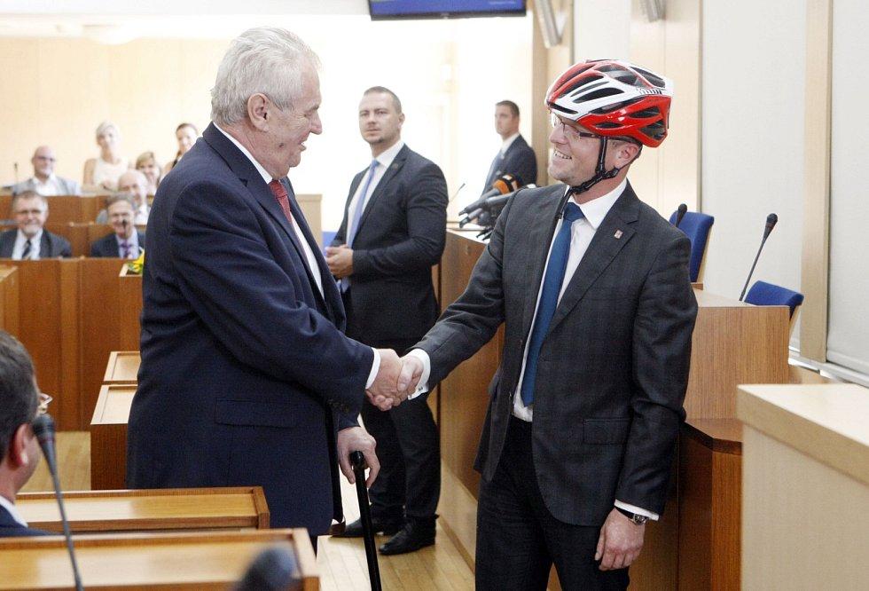 Hejman Martin Netolický obdržel od Miloše Zemana cyklistickou přilbu.