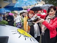 Kmotrou nového autobusu školy Svítání byla operní pěvkyně Andrea Kalivodová.