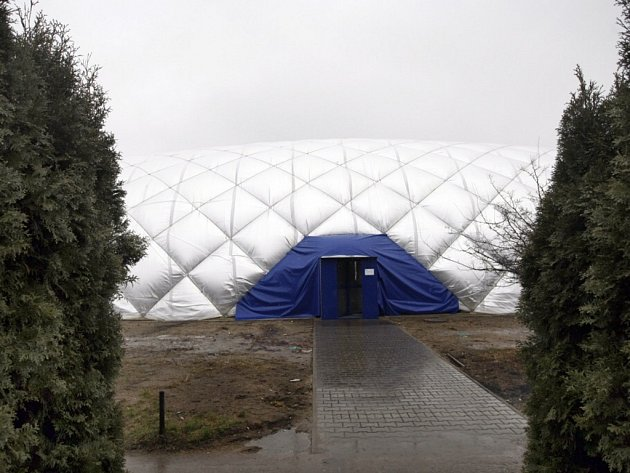 Kopule nafukovací haly se nachází v sousedství haly basketbalové. Foto: Deník/Luboš Jeníček