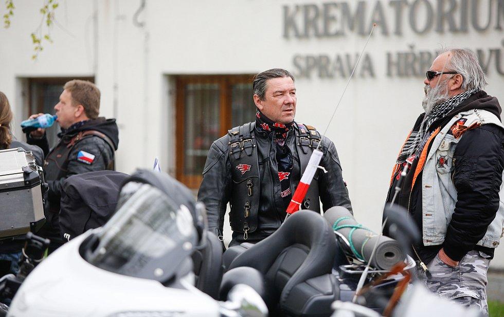 Čeští sympatizanti kontroverzního ruského motorkářského klubu Noční vlci uctili památku sovětských vojáků padlých za druhé světové války a zároveň i padlých tureckých vojáků z první světové války na hlavním hřbitově v Pardubicích.