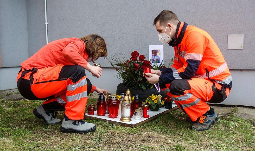 Záchranáři se připojili k uctění památky zemřelých v souvislosti s nákazou Covid-19.